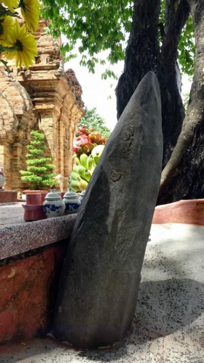 Bí Ẩn Hòn Đá Hình Lưỡi Bên Trong Tháp Bà Ở Nha Trang