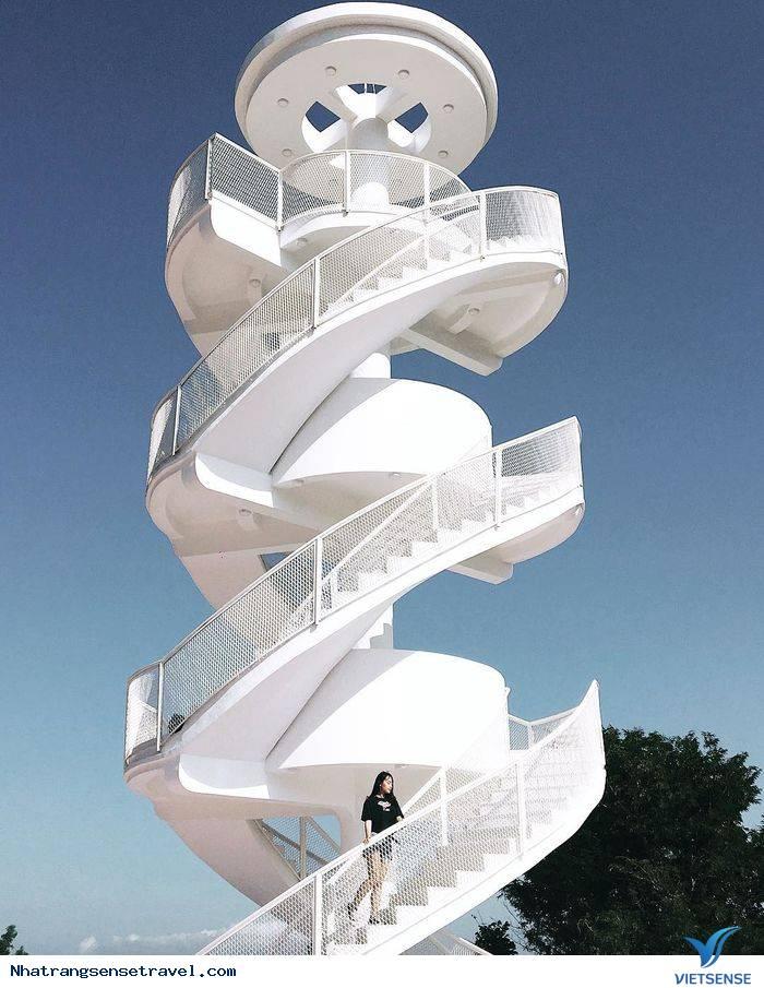Nha Trang gây bão với ''cầu thang xoắn trắng'' đẹp tựa nấc thang lên thiên đường